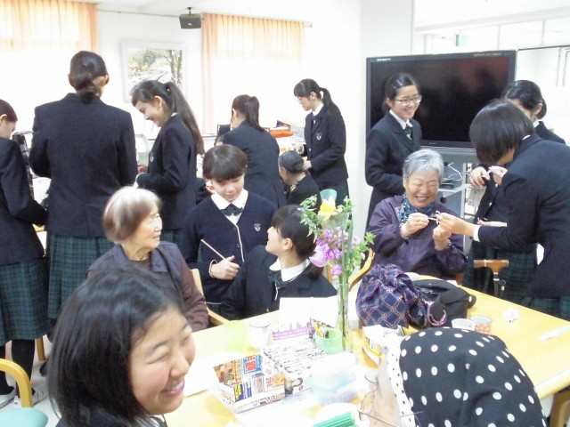 中学生がボランティア活動で施設訪問