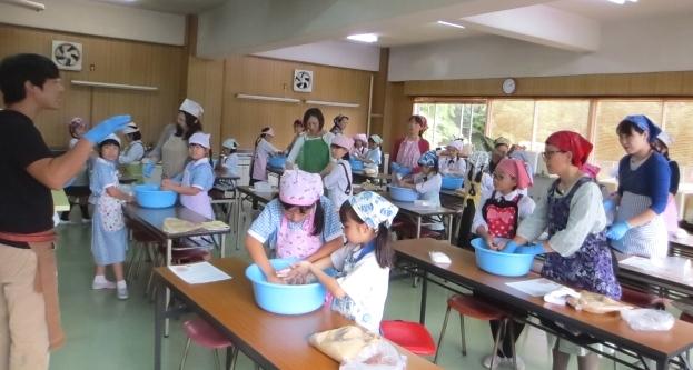 「おいしくな~れ!」 今年も味噌作り ~小学3年生